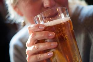 I Sverige finns inga nationella riktlinjer men Sven Andréasson säger att man inte bör dricker mer än 10 standarglas i veckan.Bild: Fredrik Sandberg/TT