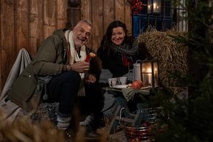 Ernst Kirchsteiger får fint sällskap i tv-rutan. Lotta Engberg dyker upp och hjälper till med juldekorationerna. Foto: TV4