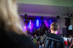 Bandet Hetroerten lirar inne på scen 1.
