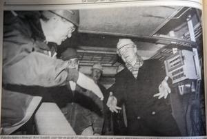 ÖA 7 december 1993. Fabrikschefen i Domsjö, Kent Sondell, visar här en av de 13 jättelika massakokarna för en imponerad Fredrik Lundberg. I mitten syns chefen för MoDo Paper i Sverige, Leif Wästerlund.