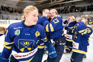 Nicole Hall, Ida Karlsson och Tuva Kandell jublar efter Dalarnas guld i TV-Pucken i Falun, den 3 november 2019. Foto: Daniel Eriksson/Bildbyrån.