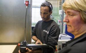 – Jag kan absolut tänka mig arbeta med robotar eller programmering av robotar, säger Micheal Gebar som utbildar sig till CNC-operatör. Här tillsammans med utbildaren Anne Frängqvist.