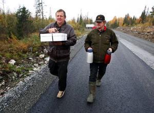 """""""Inte många förstår vad stort det här är för oss"""", säger Johnny Hallquist med tårtan och Anders Hjalmarsson med kaffetermosen."""
