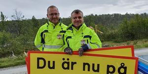 Magnus Rydhult och Anders Blomquist från tävlingsledningen i full fart med att sätta upp skyltar inför helgens Fjälltur, här uppe på Mittåkläppen.
