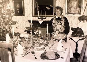 En mycket glad Siv Forsberg visade vad fint folk hade på julbordet i slutet av 1800-talet. Bilden är tagen på en utställning i Österby 1992. Foto: Rolf Hamberg