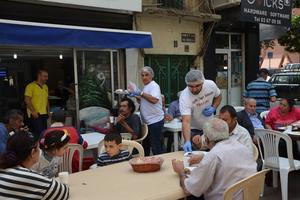 När de hade kort om volontärer på ett flyktingläger hoppade Nuri Kino själv in och hjälpte till i matbespisningen. Foto: Privat