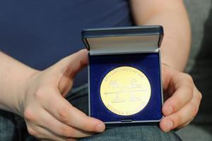Så här ser medaljen ut som svenska HRL-rådet  delar ut.