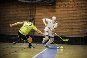 Backen Daniel Bixo håller undan för TBS Umeås kapten Petter Lundqvist.