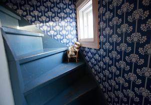 Trappan har samma blå färg som den alltid haft. Tapeterna är däremot nyproduktion.