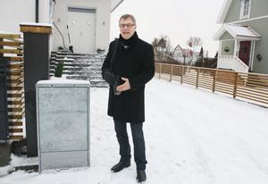 Tomas Roslund är upprörd över att behöva betala för flytten av ett elskåp som Sandviken Energi ställt framför hans uppfart.