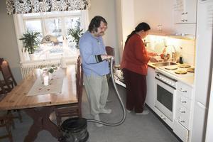 Jörgen och Janet Norman sysslar i köket i nuvarande lokaler för vandrarhemmet Hantverkaren som är daglig verksamhet för funktionshindrade.