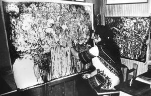 På den svartvita bilden jobbar Connie på en tuschteckning som heter Domen. På vernissagekortet till en utställning i Kristinehamn i  november 1970 står det: