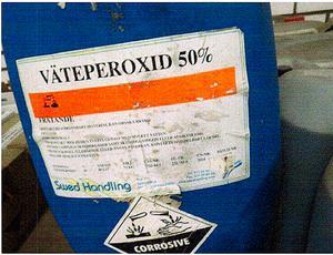 Väteperoxid kan användas för framställning av sprängämne. Här i en dunk klart över tillåten mängd för privatpersoner. Mängden har uppskattats till 5 liter av försäljaren när dunken såldes på auktion i ett parti med andra kemikalier. Beslagtogs i förråd i Strömsund. Foto: Polisen