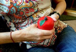 Ett stressäpple kan motverka spänningar och darrande ben, förklarar KBT-teraputen Ulrika Söderlund.
