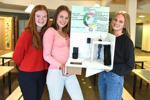 Elin Wik, Svea Granström och Alva Brottar berättar om deras idé om ett smart duschrum.