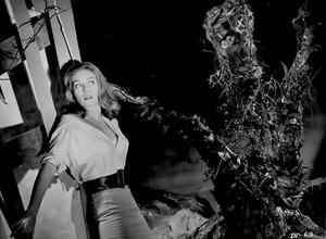Janette Scott attackeras av en triffid i filmen