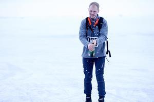 Fredrik Holmgren fick spruta champagne som vinnare av Ice race vintage 2018.