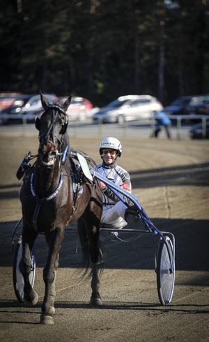 Bosse Eklöf i sulkyn, här efter en seger med Östersundshästen Mr Jonsami.