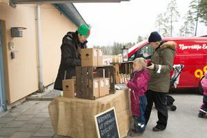 Även Norrtälje musteri fanns på plats i form av ägaren Katarina Holmberg, som här säljer äppelmust till Annika Solström och sonen Theodor.