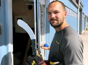 Simon Bertilsson laddar för en ny säsong med Brynäs trots allt.