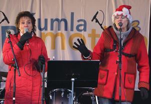 Sångduon Kicki & Inger underhåller på torget i Kumla. Kicki Ekholm och Inger Stähring-Holmberg.