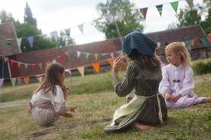 Barnskådespelare från trakten får vara statister och har fina kläder inspirerade från förr i tiden.