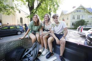 Tilde Fröjd fick dagen till ära fira både skolavslutning och sin 15-årsdag. Tillsammans med klasskompisarna Noelle Tigerstrand och Emil Erlandsson väntade betygsutdelning och lunch på Nynässkolan.