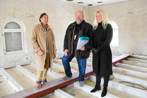 Håkan och Titti Cederwall tillsammans med dåvarande fastighetschefen Leif Söderbäck inspekterar renoveringsarbetet i maj 2017.