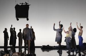 En sopcontainer flyger till himlen - kanske ett symboliskt farväl till miljöförstöring och mänsklig misär. Men de sceniska signalerna var få i denna uppsättning. Bild: Micke Sandström