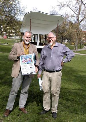 Bild från 2002. Erik O Sjödin och kulturchef John Björklund jobbade tillsammans för att få Vilhelminaparken att leva upp och bli en plats för trivsam sommarunderhållning. John Björklund var kulturchef i Fagersta mellan åren 1976-1994, han blev sedan chef för Kulturskolan fram till sin pensionering år 2006.