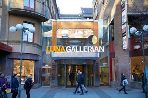 Att Södertäljes centrala delar är så präglade av 60-talet gör att staden har åkt upp på listan över städer som kan utses till Sveriges fulaste. Lunagallerian och Kringlas är två exempel på fula byggnader , enligt Arkitekturupproret.