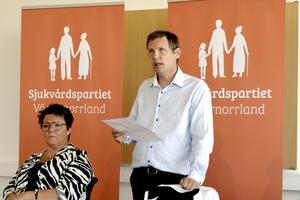 – Om man jämför utgångsläget 2014 med de senaste siffrorna för 2018 så ser man något som måste betecknas som ett fullständigt haveri, säger Mattias Rösberg (SJVP), när han jämför hur vårdköerna ökat i länet.