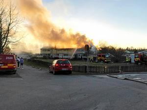 Hela radhuslängan på Fredriksgatan 74 förstördes i branden 5 maj 2017. Familjens hem, näst längst till vänster i den brinnande radhuslängan. Bild: Sofia Öhrlander