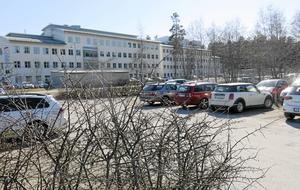 Här på den nuvarande parkeringsplatsen ska biogasstationen byggas. Nästa år kan den vara i drift. Men placeringen bredvid en förskola bekymrar Emma Karlsson.