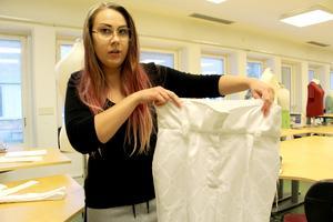 Ellen Ekengren syr byxor med hög midja. Efter textilskolan i Sandviken tänker hon söka vidare till Beckmans eller Borås. Målet är att bli modedesigner.