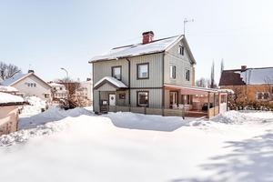 Denna sjurumsvilla i Forssa, Borlänge kommun, kom på tionde plats på Dalarnas Klicktoppen, när det gäller antalet klick på bostadssajten Hemnet under vecka 12.