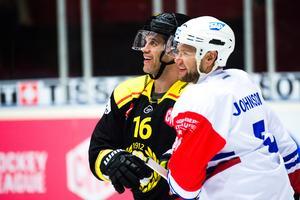 Daniel Paille innan tacklingen under sin senaste hockeymatch, 7 november 2017, mot Mannheim. Foto: Simon Hastegård/Bildbyrån