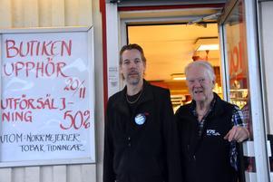 Patrik och Sven-Erik Högberg stänger nu butiken i Björna.