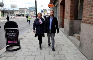 Riksdagsledamoten Lena Asplund och oppositionsrådet i Sundsvall Jörgen Berglund, även ordförande i länet, lovar fler poliser till länet om Moderaterna vinner valet.