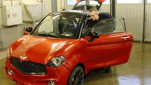 Oliver Bergström jobbar med en av mopedbilarna.