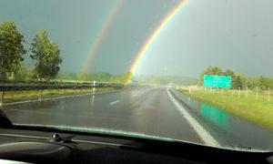"""""""Denna bild tog jag i somras inifrån bilen på motorvägen E20 öster om Örebro. Jag har aldrig sett en så starkt lysande regnbåge."""" Foto: Eva Harring, Arboga"""