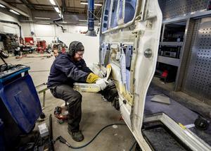 En skadetekniker genomför karosseri- och reparationsarbeten på bilar, precis som Alexander Fryklund gör.
