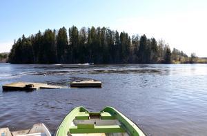 Sjön Marmen svämmar över av vatten från vårflod och snösmältning.