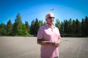 Håkan Spångberg på gamla hemmaplanen Edströmsvallen, numera en grusplan med rykte som Södermanlands bästa boulebana.
