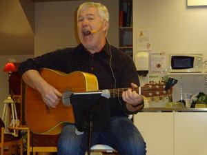 Allan Åberg gitarr med välsmort munläder och mjuk, behaglig trubadurröst är navet i trion Allan och Larzarna. Foto: Christina Häggkvist