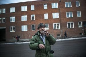 Bakom Ulf syns det hus som sedan byggdes upp på platsen där raset var. Det var inkörning till verkstaden från Kyrkgatan och utkörningen var mot Brogränd. Ovanpå verkstadsbyggnaden bodde  familjen Olsson.