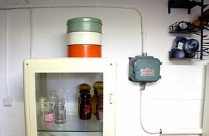 Apoteksskåp att ställa alstren i och strömbrytaren som ett smycke på väggen.
