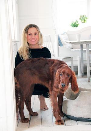 Emma med hunden Daffy, sju månader.