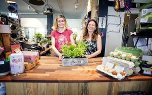 """Eva Brodin har under lång tid sneglat på lokalen i hörnet av Storgatan och  Hagagatan i Järna centrum. Förra året blev lokalen ledig och Eva slog till. """"Perfekt för en blomsterbutik"""", säger hon. (Och ja, man kan köpa ägg där)"""