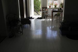 Förr var allt i gulnat furu. Nu är till och med golven vitmålade.
